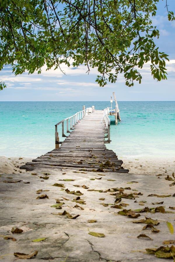 Drewniany dok w Tajlandia tropikalnym raju zdjęcia royalty free