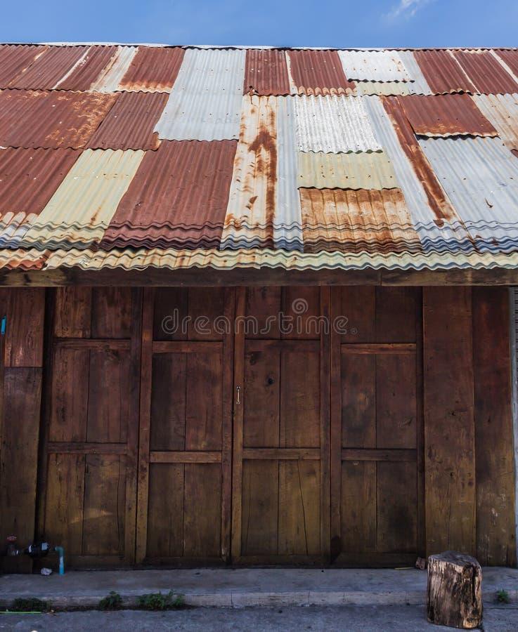 Drewniany dom cyny dach zdjęcia stock
