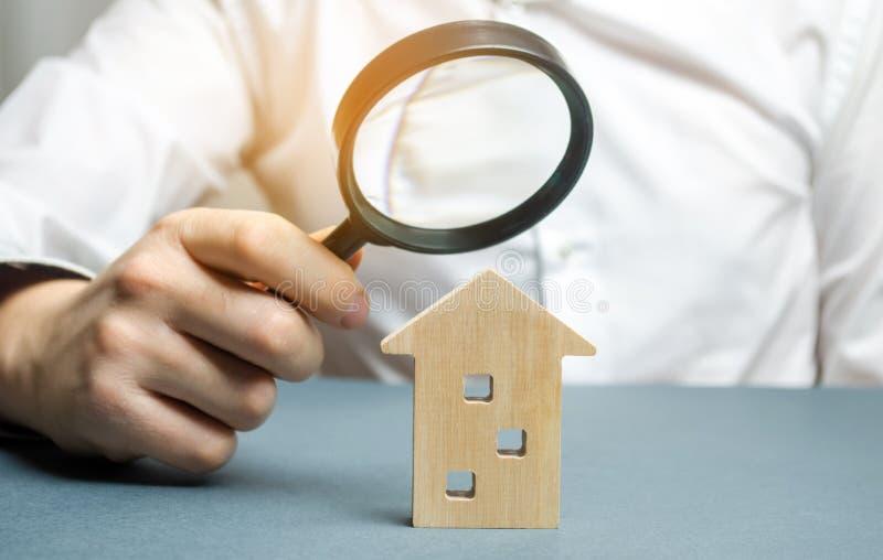 Drewniany dom i powiększać - szkło Majątkowy otaksowanie Wybór lokacja dla budowy Domowy gmerania pojęcie rewizja fotografia stock