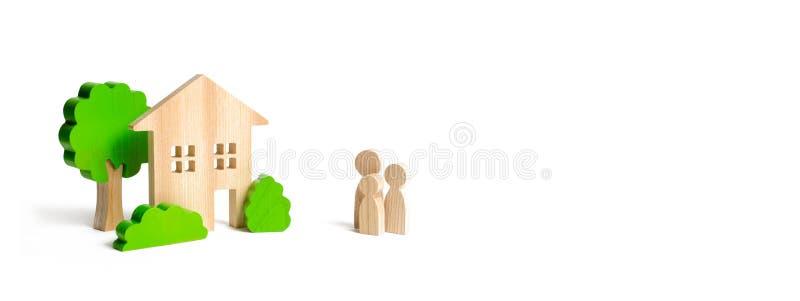 Drewniany dom i rodzina kupienia nowy domowy Hipoteka i pożyczki Spokojny i wygodny dom w przedmieściach Stanu program zdjęcia stock