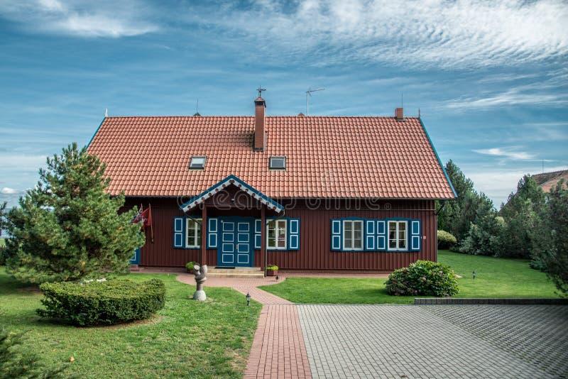 Drewniany dom miło dekorujący zdjęcia stock