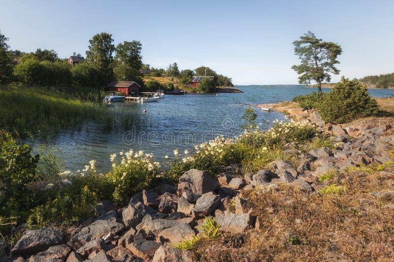 Drewniany dom na morzu bałtyckim Aland wyspy, Finlandia obraz stock
