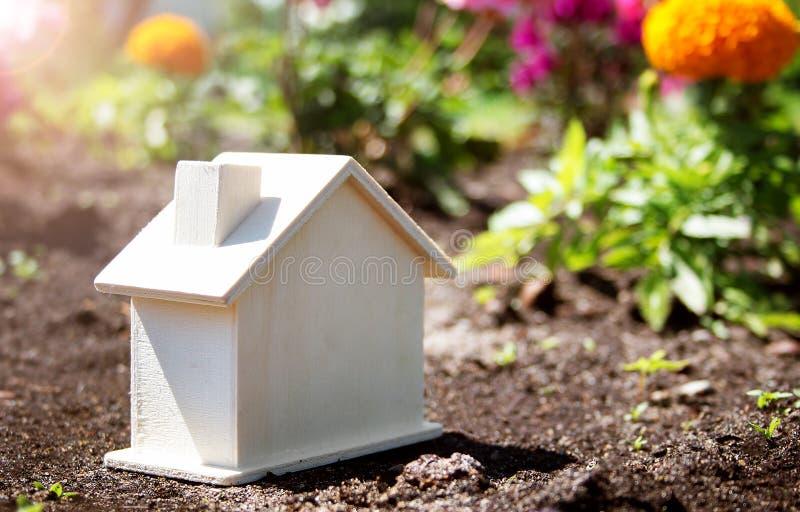 Drewniany dom na trawie obrazy stock