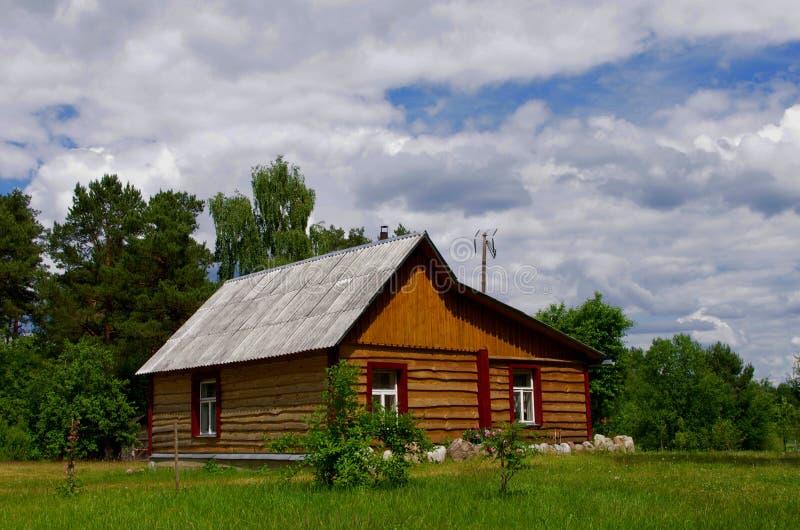 Drewniany dom na wsi fotografia stock