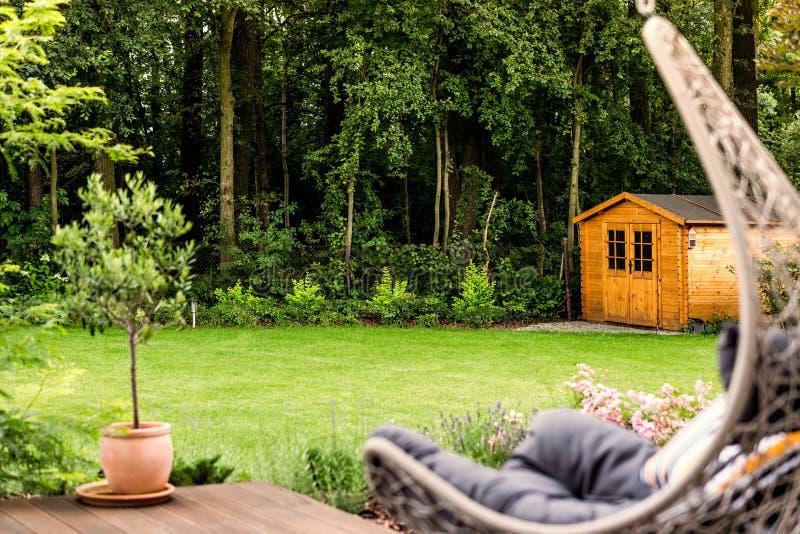 Drewniany dom otaczający drzewami obraz stock