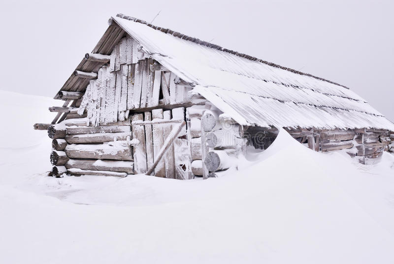 Drewniany dom pod śniegiem zdjęcie stock
