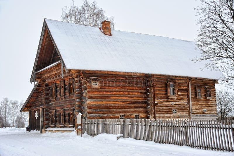 Drewniany dom Pomyślny chłop w Śnieżnym kąta widoku - Suzdal obraz royalty free