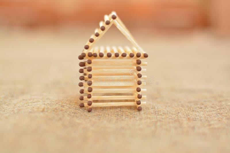 Drewniany dom robić dopasowania _ Zamazywać tło Uwalnia miejsce zdjęcie stock
