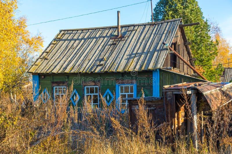 Drewniany dom w Kozyriewsk na p??wysep kamczatka w Rosja fotografia stock