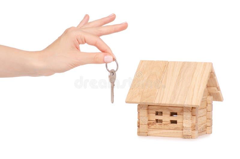 Drewniany dom w ręka kluczu fotografia stock