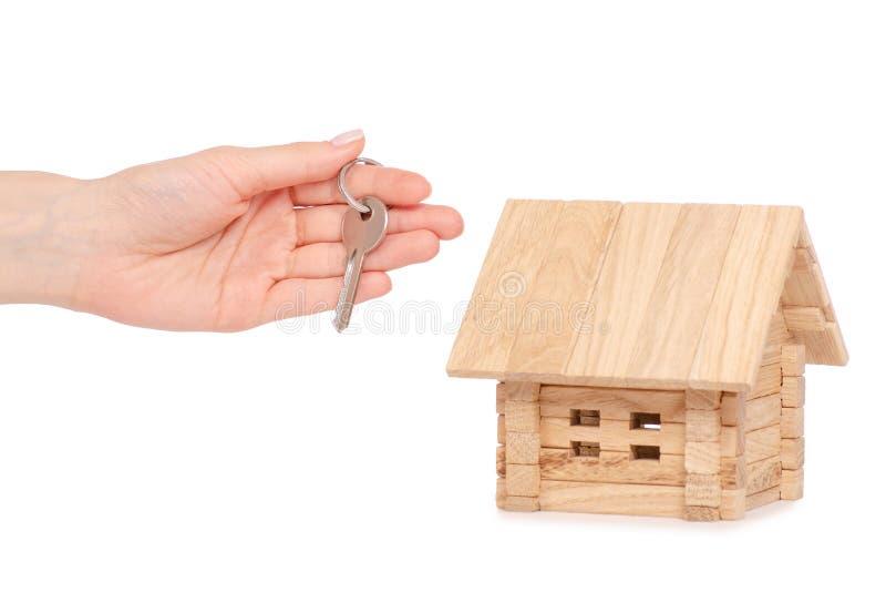 Drewniany dom w ręka kluczu obrazy royalty free