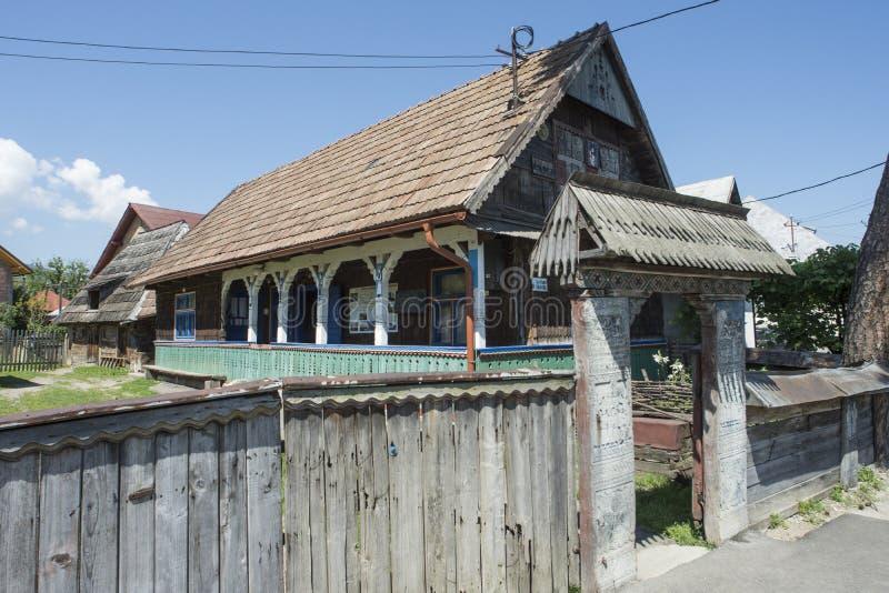 Drewniany dom w Rumunia zdjęcia stock