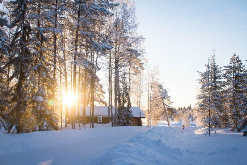 Drewniany dom w zimie zdjęcia royalty free