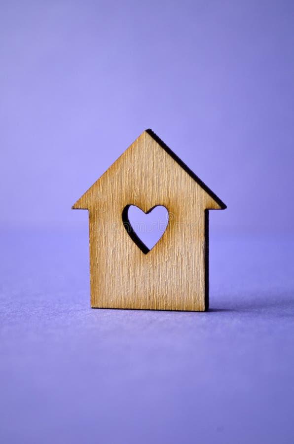Drewniany dom z dziurą w postaci kierowego zakończenia na purpurowym b zdjęcie stock
