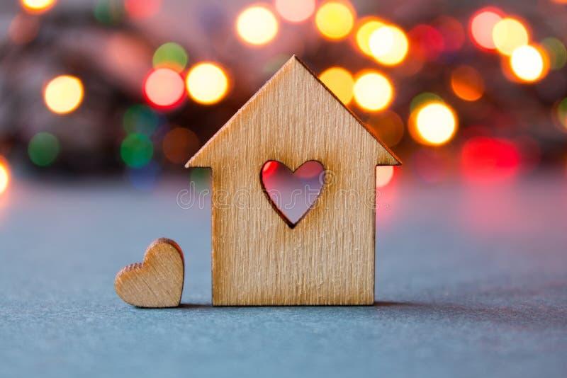 Drewniany dom z dziurą w postaci serca z małym sercem dalej zdjęcia royalty free