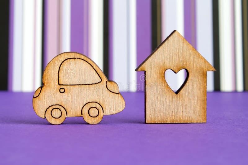 Drewniany dom z dziurą w postaci serca z samochodową ikoną na pur fotografia royalty free