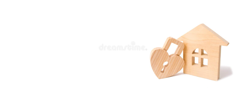 Drewniany dom z sercem kształtował kędziorek na białym tle Miłości gniazdeczko, związki Kupować dom z młodą rodziną Affordabl zdjęcia stock