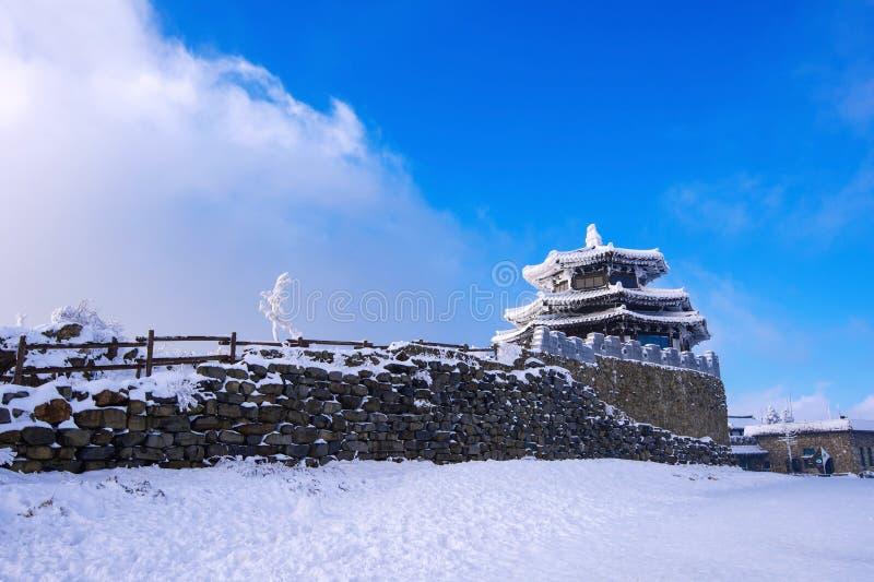Drewniany dom zakrywa śniegiem w zimie, Deogyusan góry S obrazy royalty free