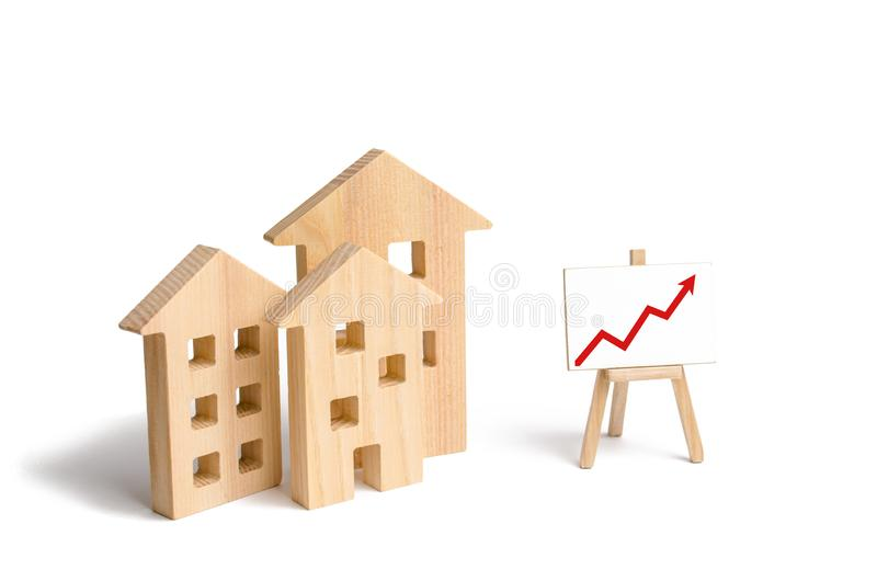 Drewniany domu stojak z czerwoną strzałą w górę Rosnący popyt dla mieścić i nieruchomości Przyrost miasto i swój populacja Inve obrazy stock
