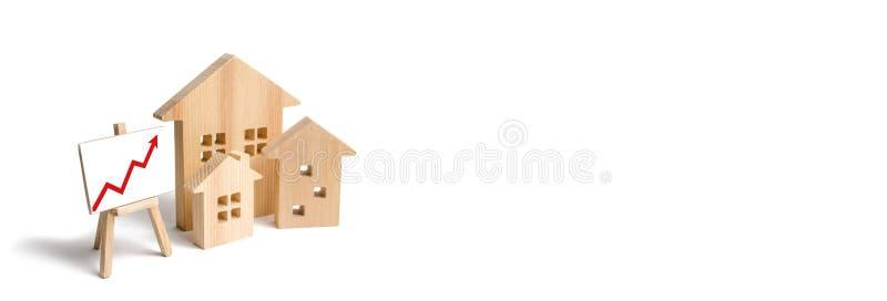 Drewniany domu stojak z czerwoną strzałą w górę Rosnący popyt dla mieścić i nieruchomości Przyrost miasto i swój populacja zdjęcia stock