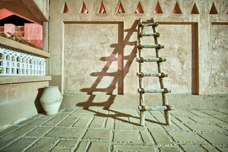 Drewniany drabinowy kastingu cień przy nighttime zdjęcie stock