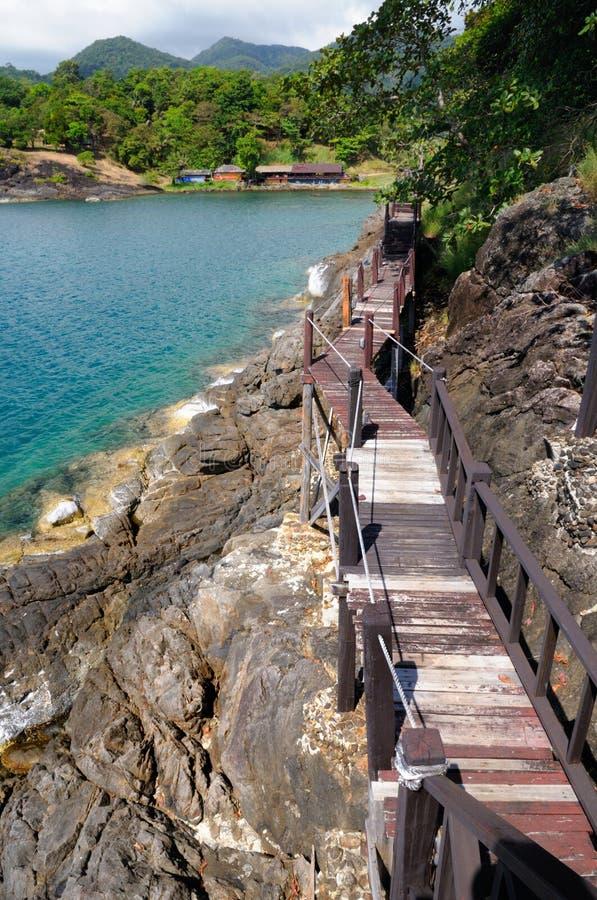 Drewniany droga przemian i miejscowo?? turystyczna przy powulkaniczn? lini? brzegow? tropikalna Koh Chang wyspa, Tajlandia fotografia stock