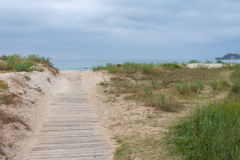 Drewniany droga przemian plażowy i chmurny niebo w tle zdjęcia royalty free