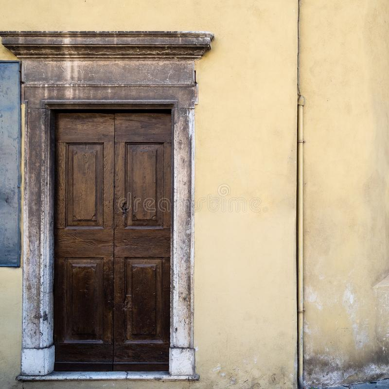 drewniany drzwi średniowieczny dom w Brescia mieście zdjęcia royalty free