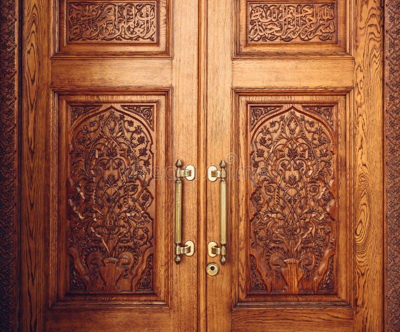 Drewniany drzwi Dekorujący z ornamentem obraz royalty free