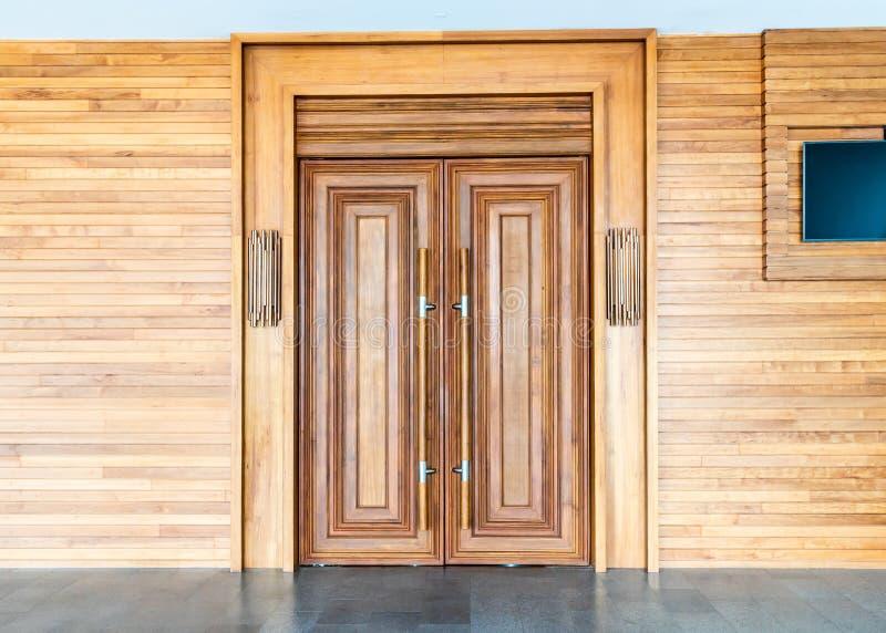 drewniany drzwi na ścianie fotografia royalty free
