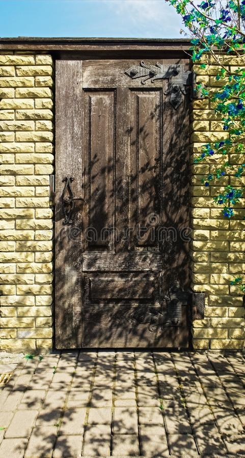 Drewniany drzwi na kamiennej ścianie obraz royalty free