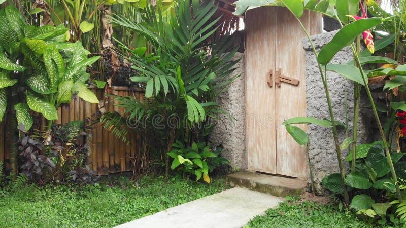 Drewniany drzwi na luksusowej tropikalnej willi na Bali wyspie obrazy royalty free