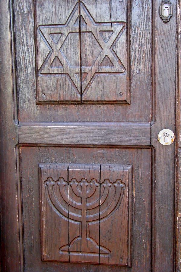 Drewniany drzwi pokazuje Żydowskich symbole zdjęcie royalty free
