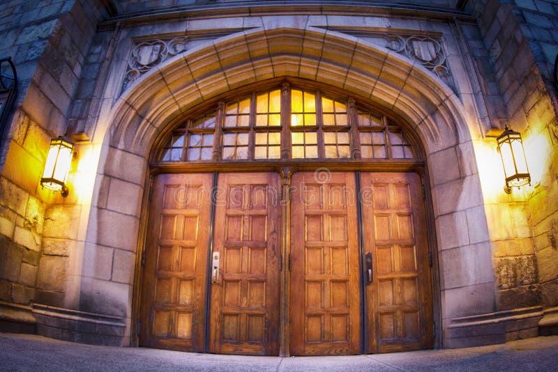 Drewniany drzwi w łuku stary budynek przy uniwersytetem yale obraz royalty free