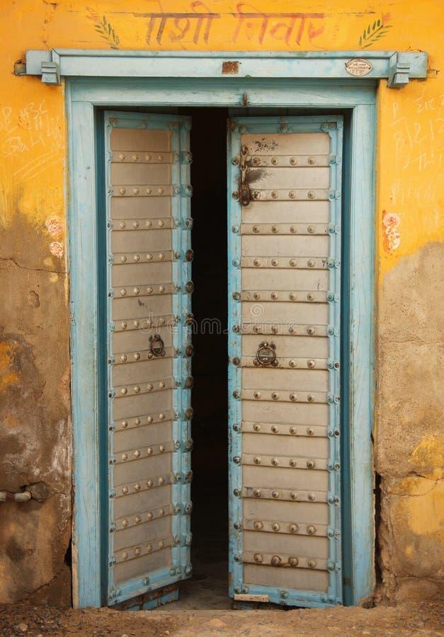 Drewniany drzwi w Mandawa zdjęcia stock