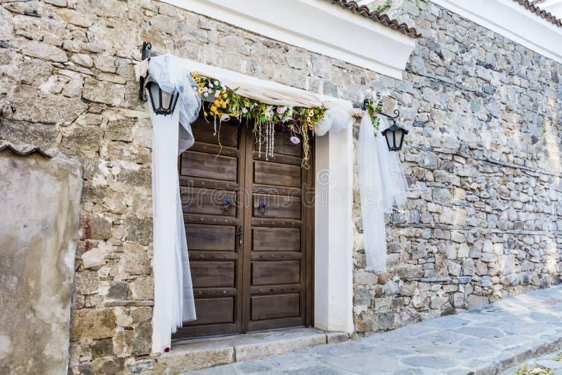 Drewniany drzwi z ślubną dekoracją zdjęcie royalty free
