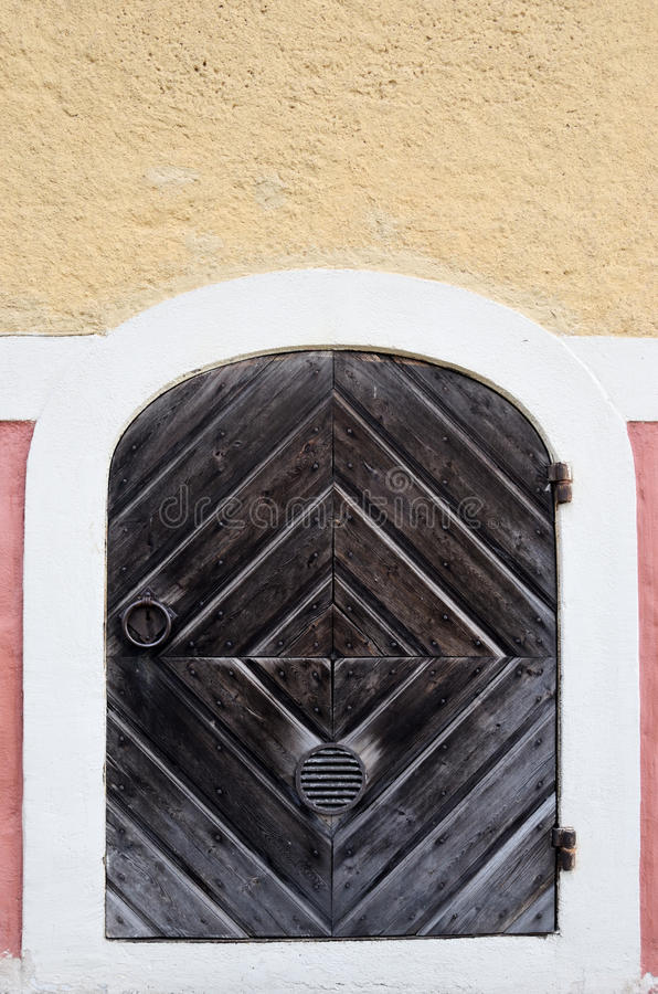 Drewniany drzwi z żelazo pierścionkiem i zawiasami obraz stock