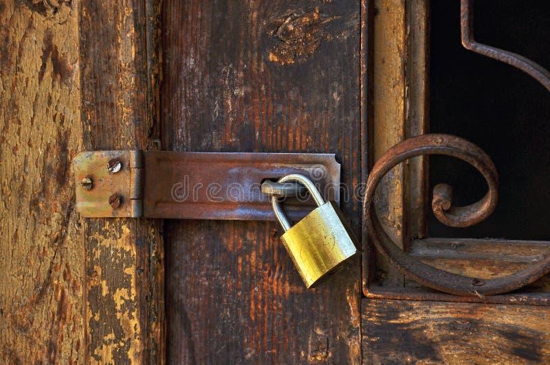 Drewniany drzwi z kłódką fotografia stock