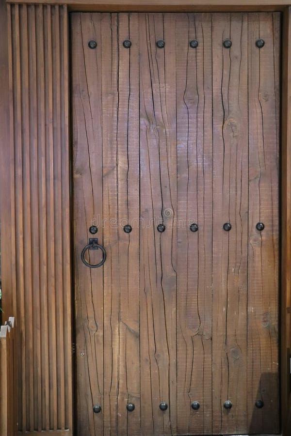 Drewniany drzwi Z metali nitami I metalu Drzwiowym puknięciem fotografia royalty free