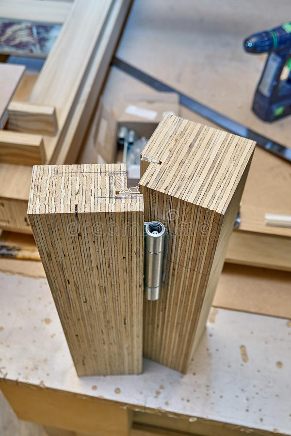 Drewniany drzwiowy proces produkcyjny Drzwiowego zawiasu instalacja Meblarska manufaktura zdjęcie royalty free