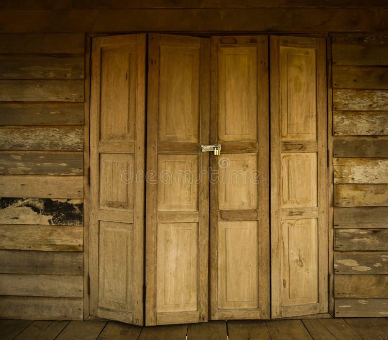 Drewniany drzwiowy stary Tajlandzki styl zdjęcia stock
