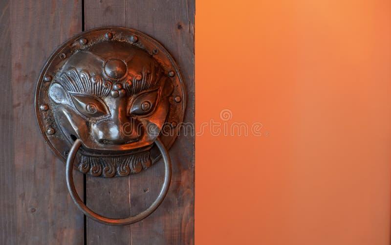 Drewniany drzwiowy szczeg?? z lw?w drzwiowymi knockers zamyka w g?r?, Azja Chi?skiego stylu architektura ?wi?tynia fotografia royalty free