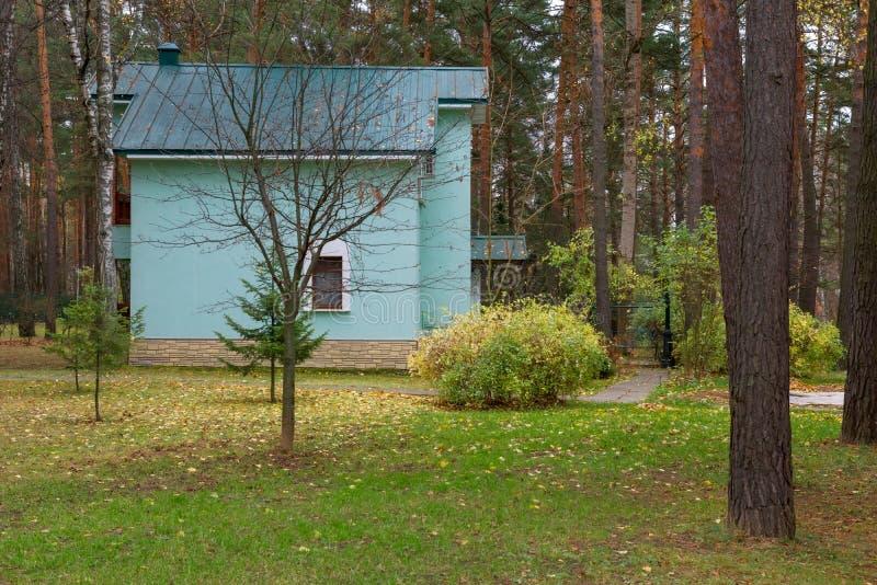 Drewniany dwupiętrowy dom w parku zdjęcia royalty free