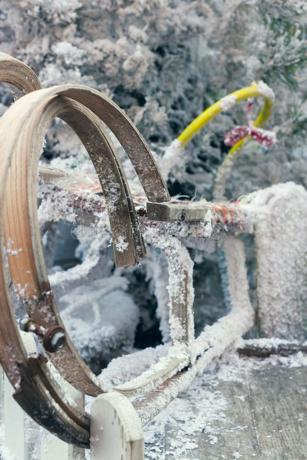Drewniany dziecka sanie zakrywający w świeżym śniegu, szczegół zdjęcie stock