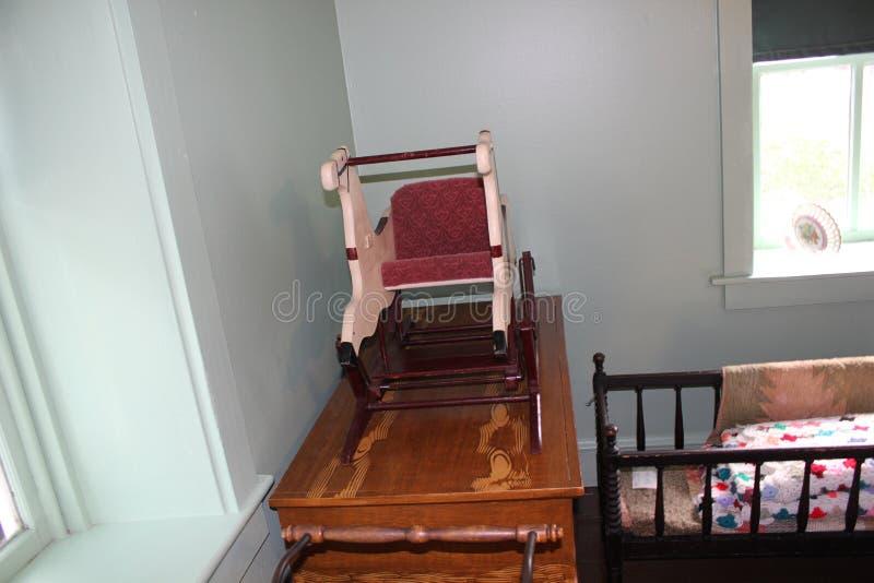 Drewniany dziecko meble, kołyska wśrodku Amish domu i zdjęcie stock