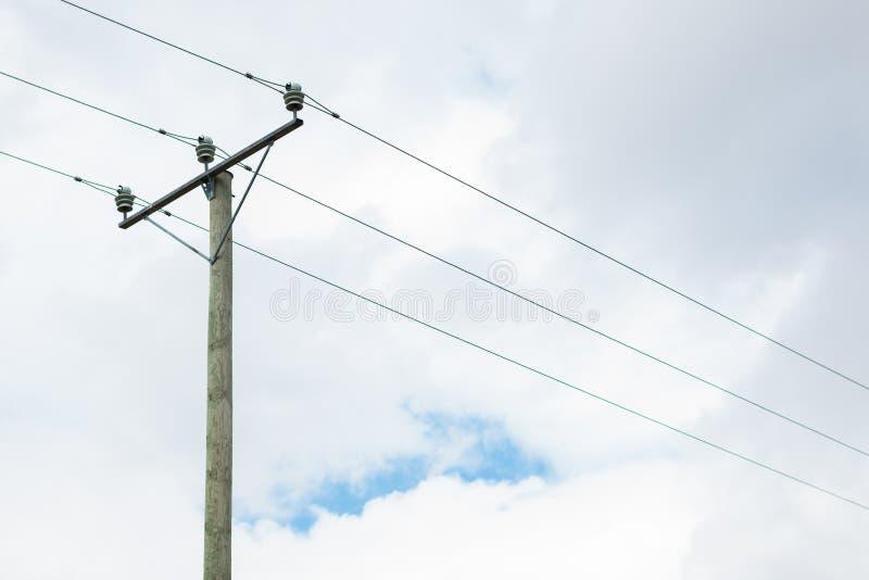 Drewniany elektryczność słup w chmurnym dniu zdjęcie royalty free
