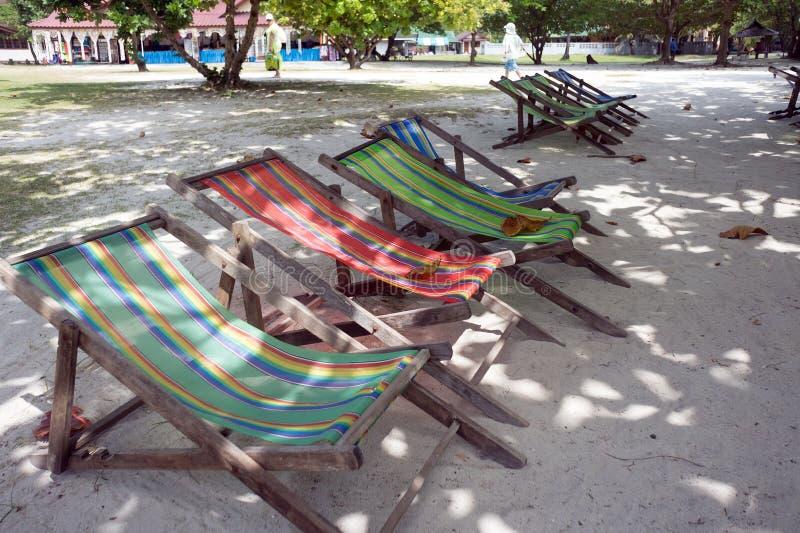Drewniany falcowanie bryczki holów stojak w cieniu drzewa na ulicie miejscowość turystyczna zdjęcie royalty free