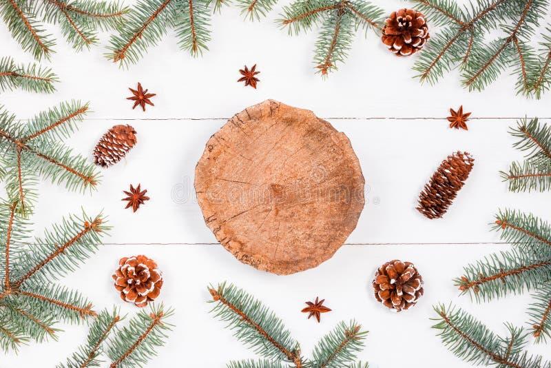 Drewniany fiszorek na białym wakacyjnym tle z jodłą rozgałęzia się, sosna rożki Bożenarodzeniowy i Szczęśliwy nowego roku skład m obraz royalty free