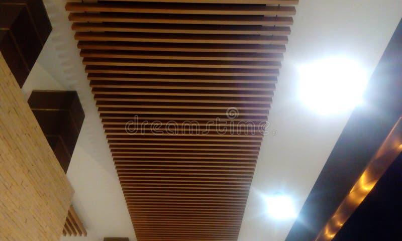 Drewniany flisaka sufit i gipsu sufit dla handlowego budynku obraz royalty free