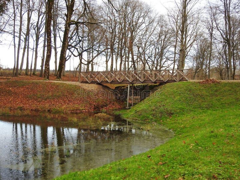 Drewniany footbridge w jesień parku, Lithuania fotografia royalty free